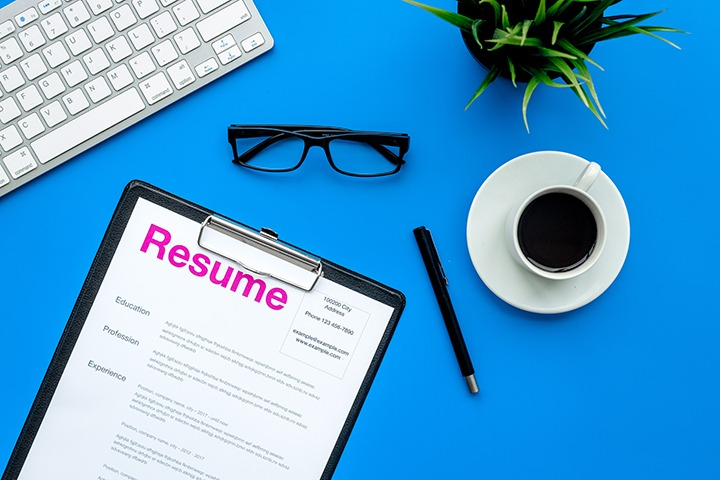 3 Pros and Cons to Bringing a Resume to an Interview